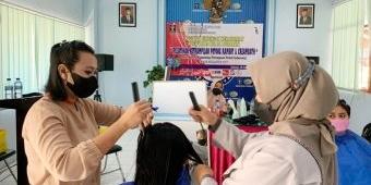 Sedang Asimilasi di Rumah, 15 Klien Pemasyarakatan Bapas Surabaya Jalani Pelatihan Tata Rambut