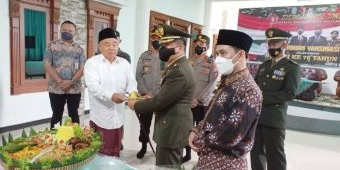 HUT TNI ke-76, Kiai Asep dan TNI Potong Tumpeng dan Gelar Vaksinasi di Pesantren Amanatul Ummah
