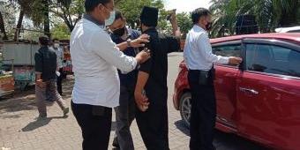 Polisi Gelar Pemeriksaan Sajam terhadap Peserta Aksi Demonstrasi Pilkades di Bangkalan
