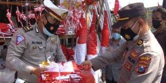 Kapolres Gresik Borong Bendera Merah Putih, Pedagang: Matur Nuwun, Dirgahayu Indonesia Pak Polisi
