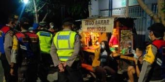 Petugas Gabungan di Kediri Bubarkan Kerumunan di Warkop, Langgar Prokes