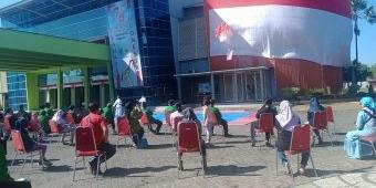 Peringati HUT RI-76, KONI Kota Probolinggo Bentangkan Bendera Raksasa