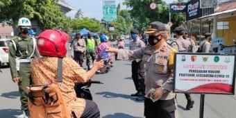 Petugas Gabungan Gelar Operasi Yustisi di Depan TMP Kota Kediri Tanpa Sanksi dan Bagi Masker