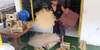 Manfaatkan Peluang Bisnis, Seorang Pemusik di Kediri Beralih Profesi sebagai Pembuat Anyaman Bambu