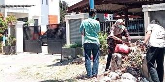 Diduga Dibakar, KPK Sampai Gali Tumpukan Sampah di Depan Kantor Dinas Peternakan Probolinggo