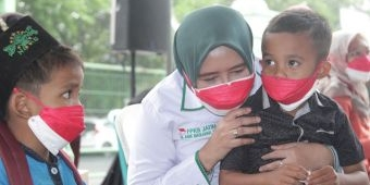 Naluri Keibuan, Anik Maslachah Spontan Pangku Anak Yatim