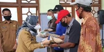 Pemkab Kediri Bantu 1.250 Kg Benih Padi Kepada Korban Banjir Tarokan