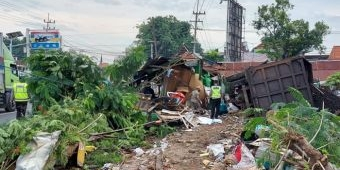 Diduga Rem Blong, Dump Truk Muat Batu Bara di Gresik Tabrak Tiga Warung, Satu Tewas