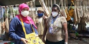 Ajak Atlet Beli Produk Papua, Khofifah Janji Undang Pelaku UMKM Papua di Pameran Dagang Jatim