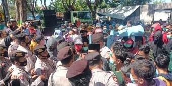 Dinilai Sarat Kepentingan, Warga Tanjung Pademawu Datangi DPMD Pamekasan Tuntut BPD Dibubarkan