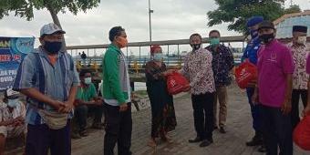 Peringati Hari Pers Nasional, PWI Bangkalan Bagi-Bagi Sembako di Pelabuhan Kamal
