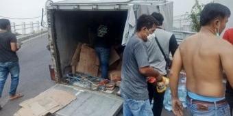 Tiba-Tiba Boks Terlepas, Truk Muat Galon Air Mineral di Sidoarjo Alami Kecelakaan