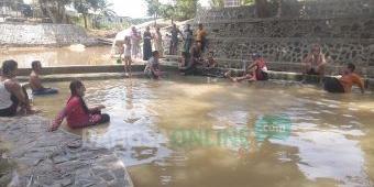 Berendam di Pemandian Air Hangat Singgahan, Cocok untuk Hilangkan Pegal-pegal