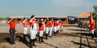 HUT Ke-76 RI, Belasan Atlet Berkuda Sidoarjo Gelar Upacara Bendera di Yussar Stable and Riding Club