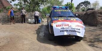 Bantu Warga Terdampak Kekeringan, Polsek Slahung Distribusikan Air Bersih di Banyuripan Ponorogo