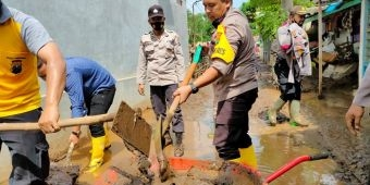 Kapolres Probolinggo Pimpin Pembersihan Lumpur Banjir Dringu Setebal 50 Cm