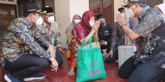 Bupati dan Wabup Sidoarjo Blusukan Bagikan Sembako ke Warga Terdampak Covid-19