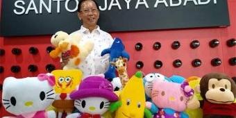 Peduli Bencana Sulteng, Direktur PT Santos Jaya Abadi Berikan Bantuan Boneka untuk Korban Anak-anak