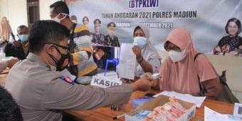 Polres Madiun Beri Bantuan Tunai untuk 3.000 Pedagang Kaki Lima dan Warung