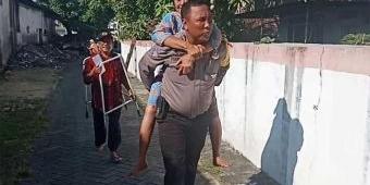 Coblosan Pilgub Jatim, Polisi di Lamongan Gendong Nenek Stroke ke TPS