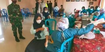 Anggota TNI Kawal Vaksinasi Bagi Pelajar