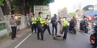 Oleng Usai Tabrak Ban Tanda Mobil Mogok, Pengendara Motor di Sidoarjo Tewas Terlindas Truk Tronton