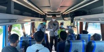 Cegah Penularan, Satlantas Polres Bangkalan Razia Surat Bebas Covid-19 Terhadap Penumpang Bus