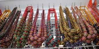 Pesona Kerajinan Manik-manik yang Mendunia di Desa Plumbon Gambang Jombang