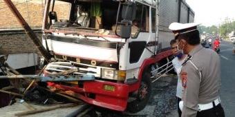 Oleng, Truk Tandum Seruduk Tiga Kendaraan dan Pejalan Kaki di Jombang