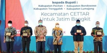 Launching Kecamatan CETTAR, Gubernur Khofifah Beri Penghargaan Empat Bupati