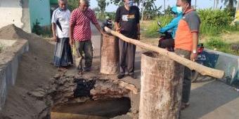 Sering Dilalui Dump Truck Pengangkut Tanah Uruk, Jembatan Penghubung Antar Dusun di Situbondo Ambrol