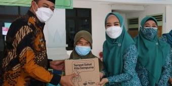 Sambang Desa, Istri Bupati Sidoarjo Salurkan Sembako Seraya Ajak Warga Peduli Lingkungan