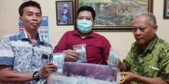 Empati Wabah Covid-19, Pengacara Ini Bagikan Alat Pelindung Diri ke Warga Surabaya