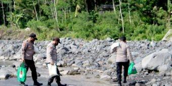 Seberangi Sungai Lahar Dingin Semeru, Kapolres Lumajang Salurkan Bansos Warga Terisolasi