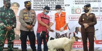 Pancing Minat Warga Ikuti Vaksinasi Massal, Bupati Arifin Siapkan Puluhan Ekor Kambing dan Ayam