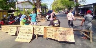 Tuntut Penyekatan Jalan di Bundaran Gempol Dibuka, Warga Gununggangsir Blokir Jalan Desa