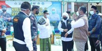 Dampingi Gubernur Jatim, Bupati Gus Yani Naik Heli Pantau Vaksinasi di Pulau Bawean