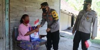 Polres Ngawi Bagikan Bansos dan Bendera Merah Putih Kepada Warga