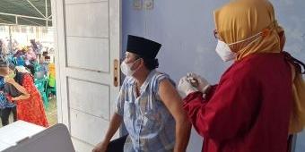 Kades Keleyan Bangkalan Turun Langsung Ajak Warga Vaksin