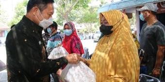 Bupati Yuhronur Serahkan Bansos untuk Pedagang Kompleks Makam Sunan Drajat