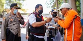 Patroli Mobiling di Jombang, Petugas Borong Dagangan PKL