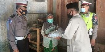 Door to Door, Polres Pamekasan Bagikan Bantuan Sembako untuk Warga Kurang Mampu