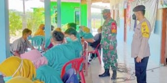 Berikan Rasa Aman, Vaksinasi di Desa Sidomakmur Ngawi Dipantau Anggota Babinsa dan Bhabinkamtibmas