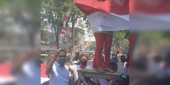 Ketua DPRD Lamongan Bersama PKL Kibarkan Bendera Merah Putih, Tanda Pantang Menyerah Hadapi PPKM