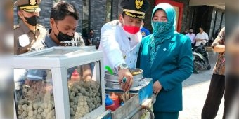 Berkah HUT Kemerdekaan RI, Dagangan Pentol Pak Yanto Ludes Diborong Plt Bupati Nganjuk