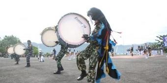 Satgas Pelayaran Bima Suci 2020 Gelar Demo Drumband dan Bantu APD Lantamal II