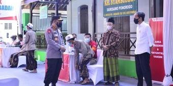 Presiden dan Kapolri Tinjau Vaksinasi Merdeka di Ponpes KH Syamsuddin Ponorogo