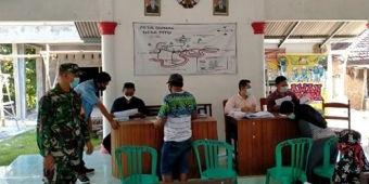 Cegah Penyebaran Covid-19, Petugas Gabungan Awasi Pembagian BLT di Ngawi