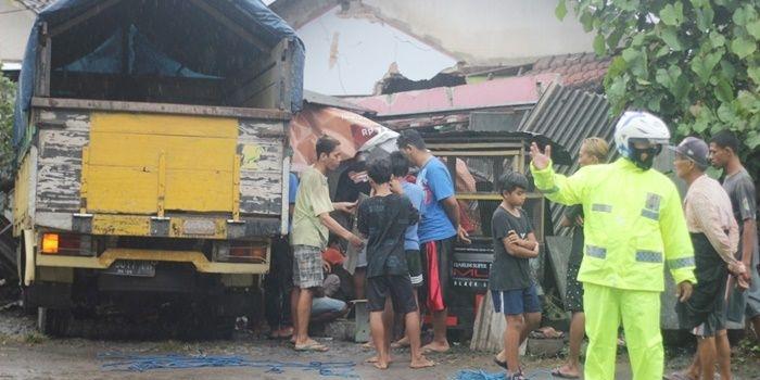 sopir-kurang-konsentrasi-truk-di-blitar-seruduk-rumah-warga-toko-hancur-dua-orang-luka-luka